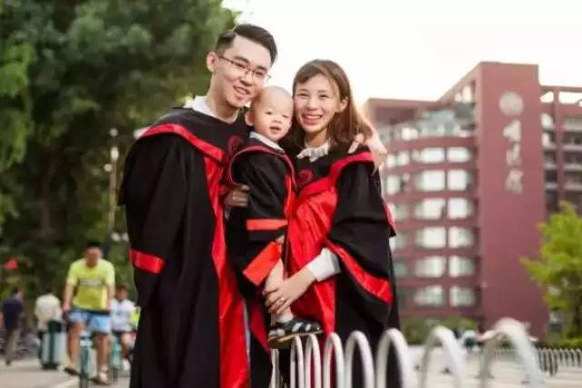 Unconventional college graduation photos have gone Viral