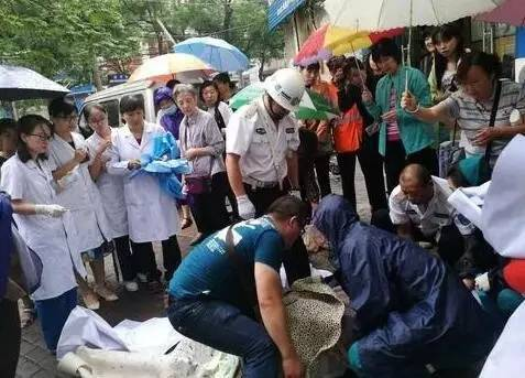 Benevolent people rush to help pregnant woman give birth on street