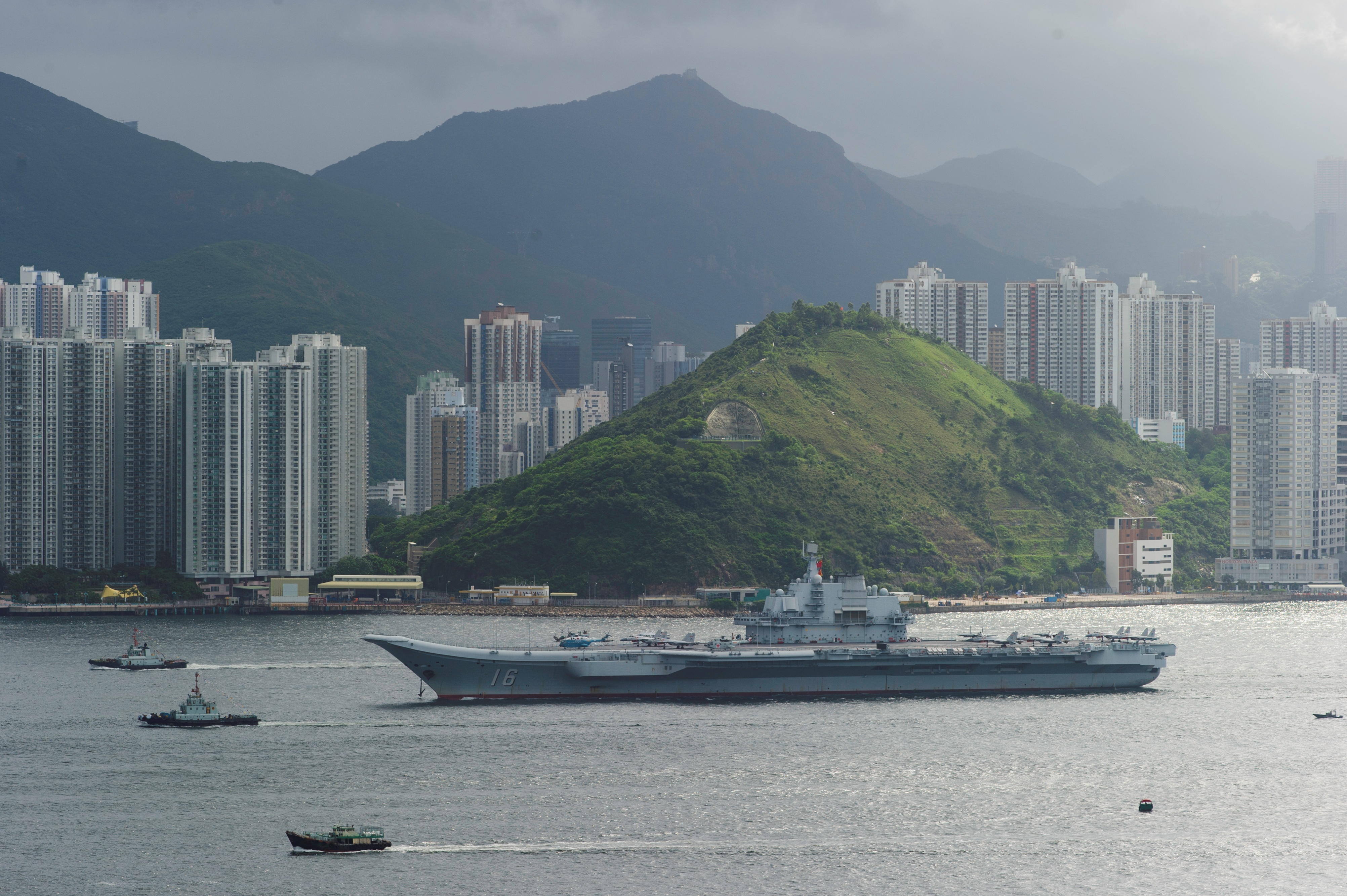 Aircraft carrier Liaoning arrives in Hong Kong