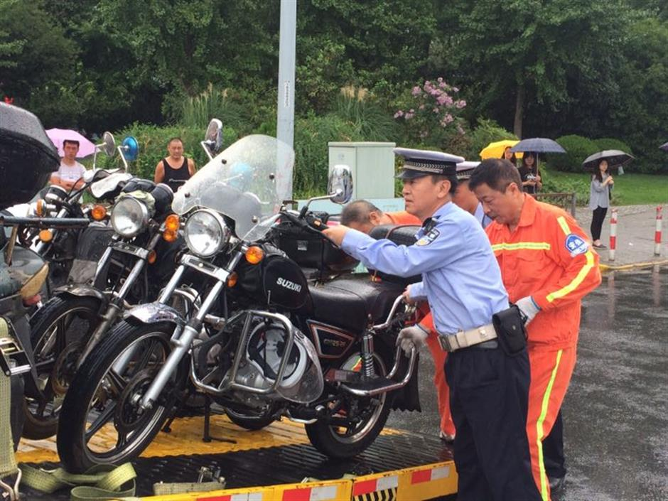 Plainclothes traffic policemen tackle illegal motorcycles, but problem remains
