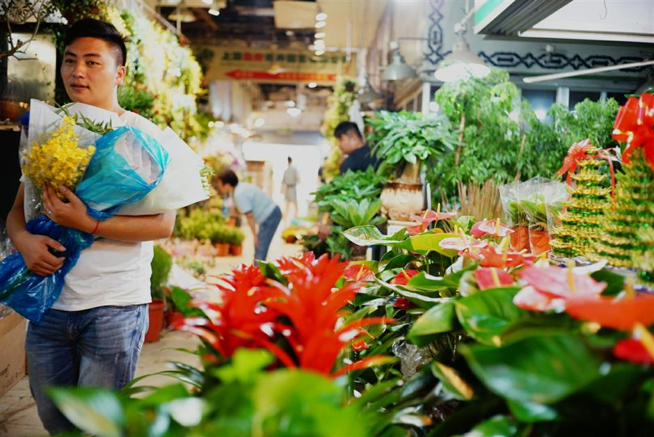 City waves goodbye to its largest downtown flower market