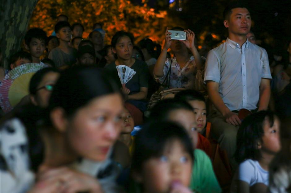Shadow puppets take over Jing'an alleyways during annual festival