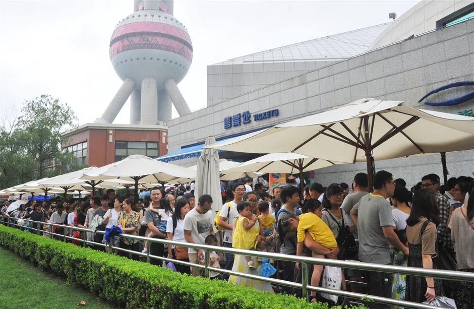 Scenic spots draw big crowds after offering half-price entrance
