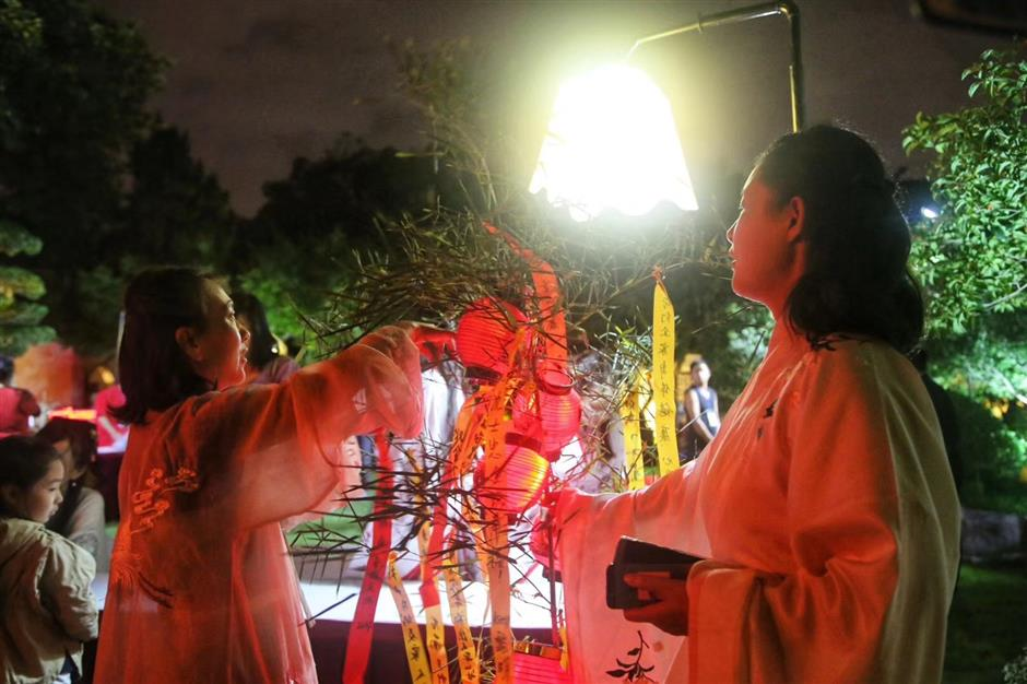 Party held at Guilin Park to celebrate Mid-Autumn Festival