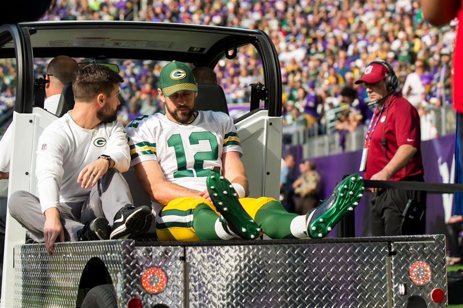 Packers' Rodgers breaks collarbone, Bucs' Winston also hurts shoulder