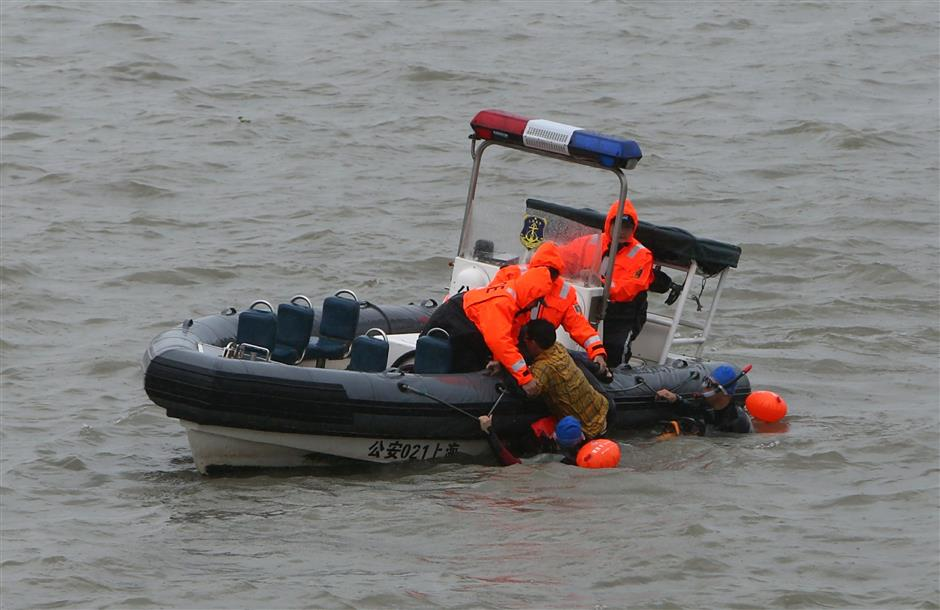 Marine police practice saving people from Huangpu River