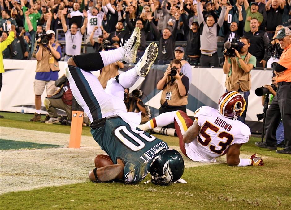 Wentz tosses 4 TDs, Eagles clip Redskins