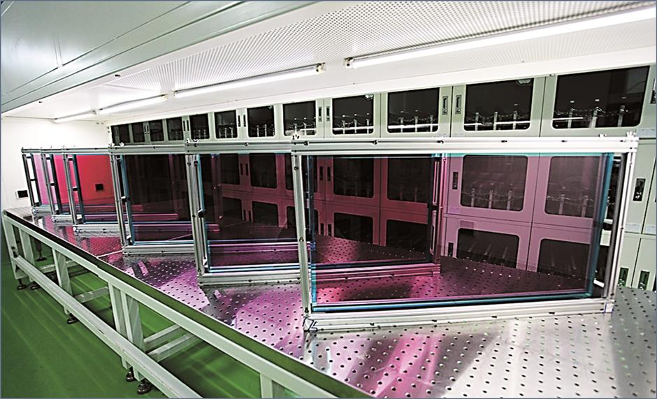 Hu's expertise in glass wins awards