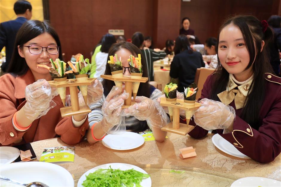 Shanghai university students experience Japanese food education