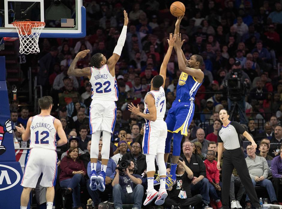Curry leads Warriors fightback after Sixers blitz