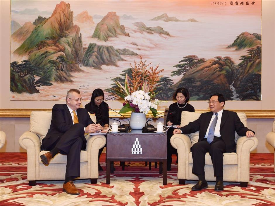 Shanghai Party chief meets guests of the Czech Republic