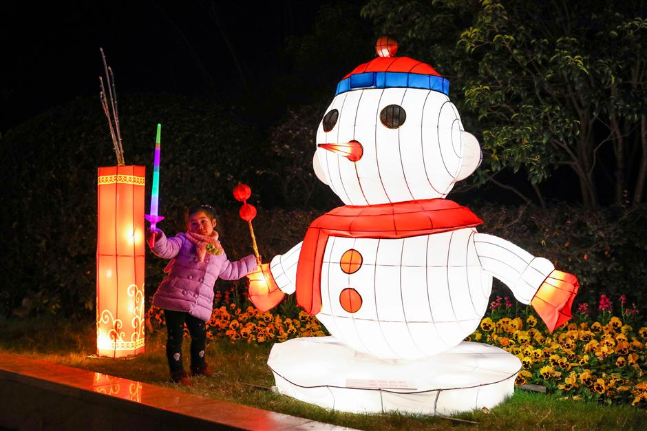 Light show at Shanghai Happy Valley celebrates year-end festivities