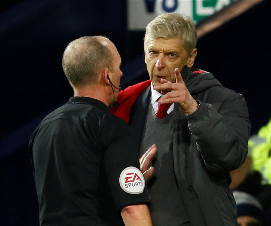 Wenger marks record with familiar gripe