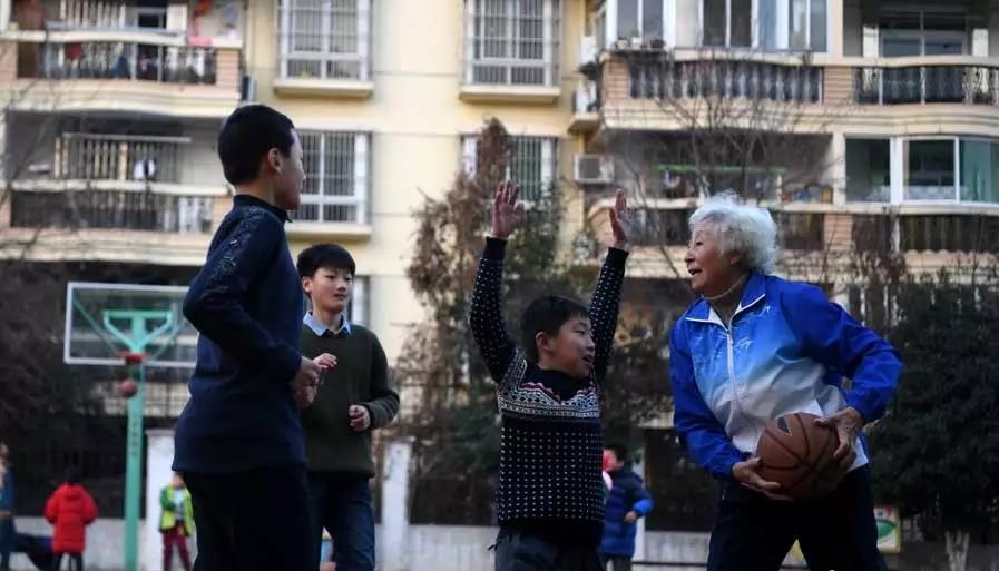 82-year-old 'Basketball Granny' becomes Internet sensation