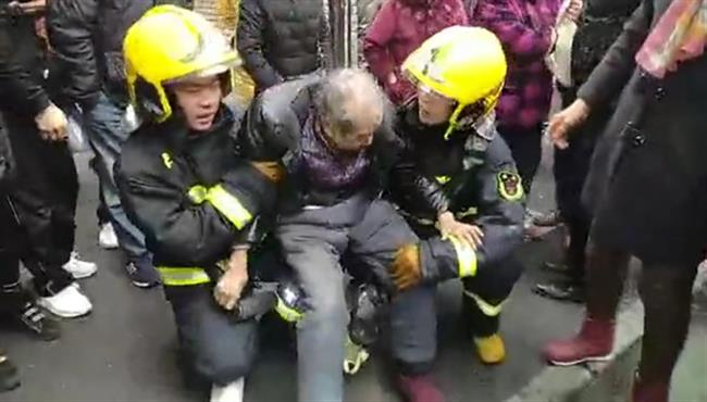 Firefighters' heart-warming act touches netizens