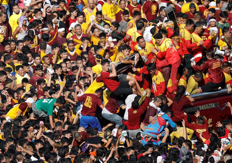 Barefoot Catholics throng icon in huge Philippine procession