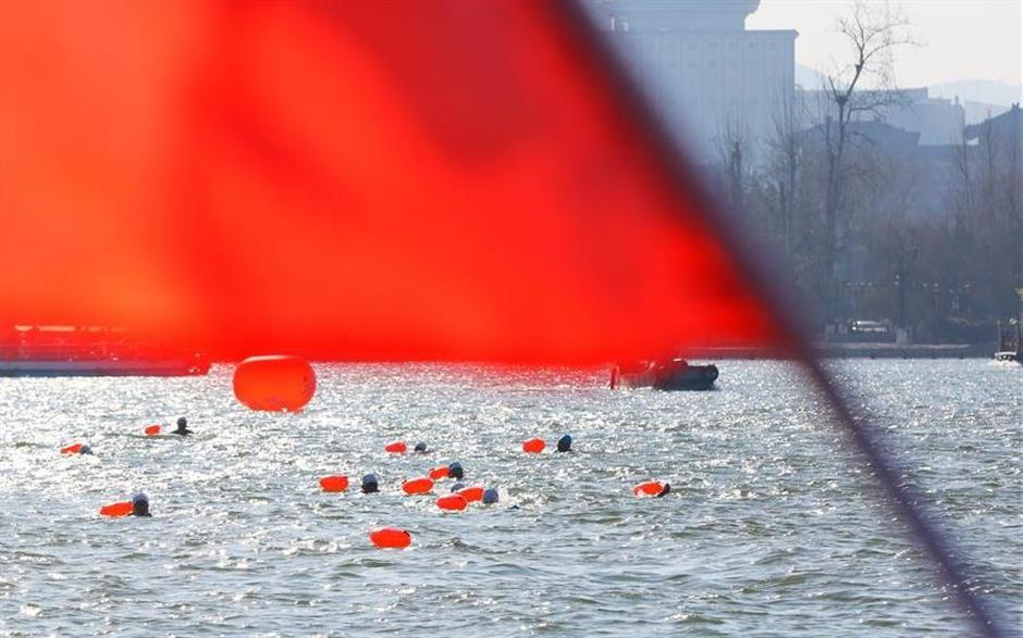 Over 1,000 swimmers participate in winter swimming competition in east China