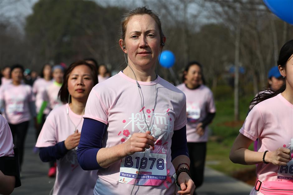 3,000 women race in cherry blossoms