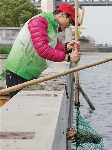 Volunteers sweat to keep city's Mother River waters clean