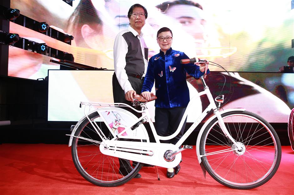 Bicycles take Chinese opera paintings to the world