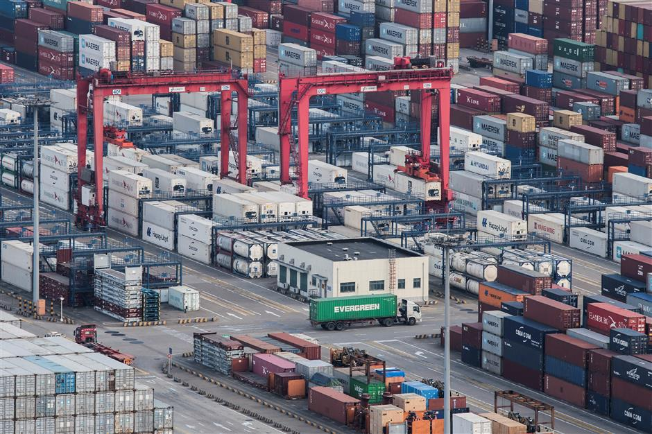 China's trade surplus narrows 21.8% in Q1