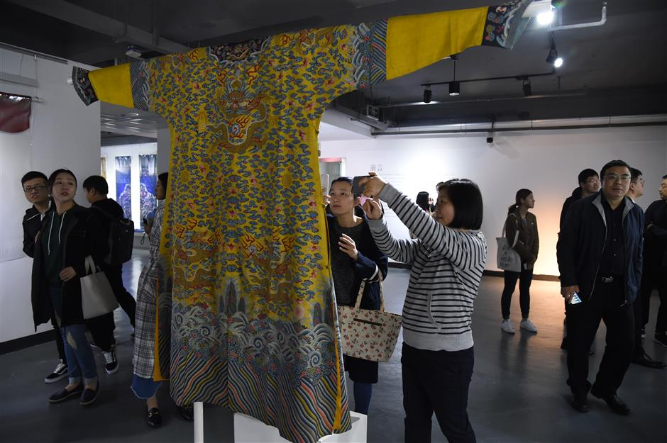 Traditional Chinese costume exhibition opens university fashion week