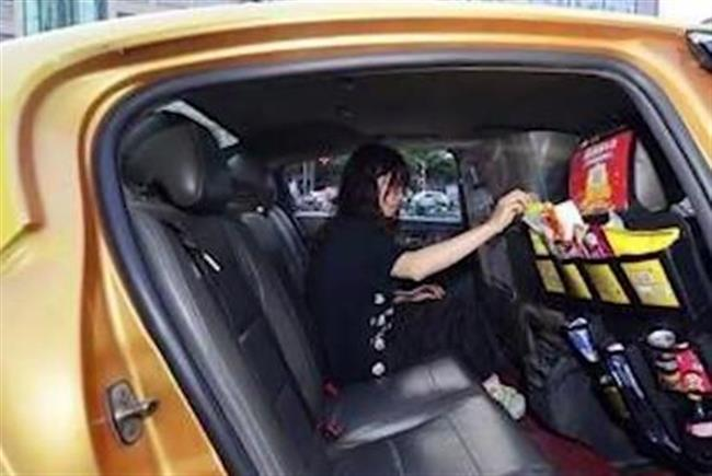 Snacks for sale by QR code in selected Nanjing taxis