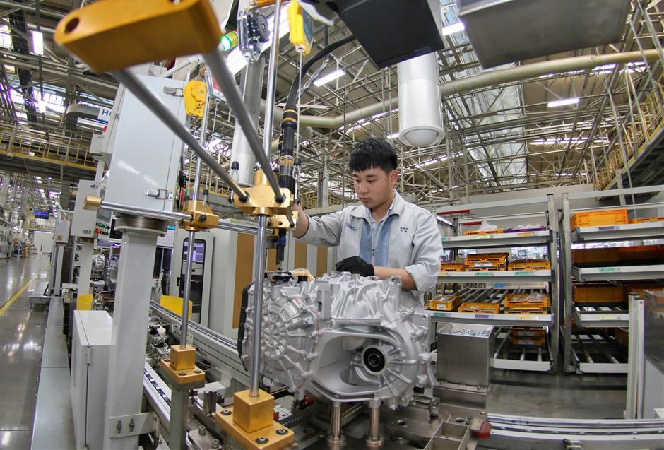 China's manufacturing PMI edges down in April