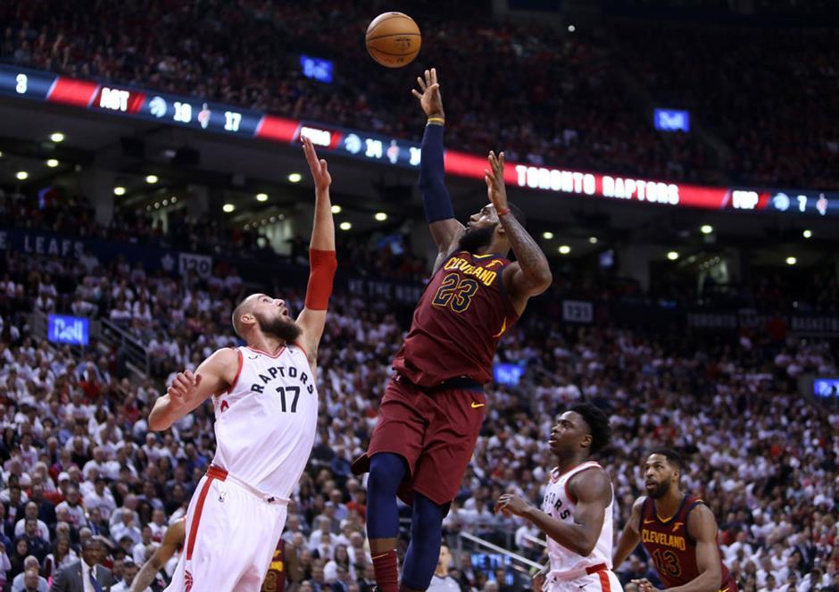 Cavs stun Raptors as Curry soars on return