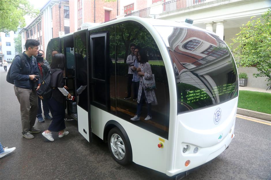 Self-driving bus on trial run in Chinese university