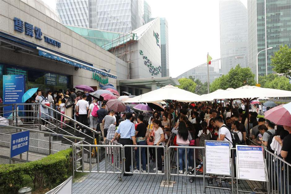 Long queues at tourist attractions after half-price discount