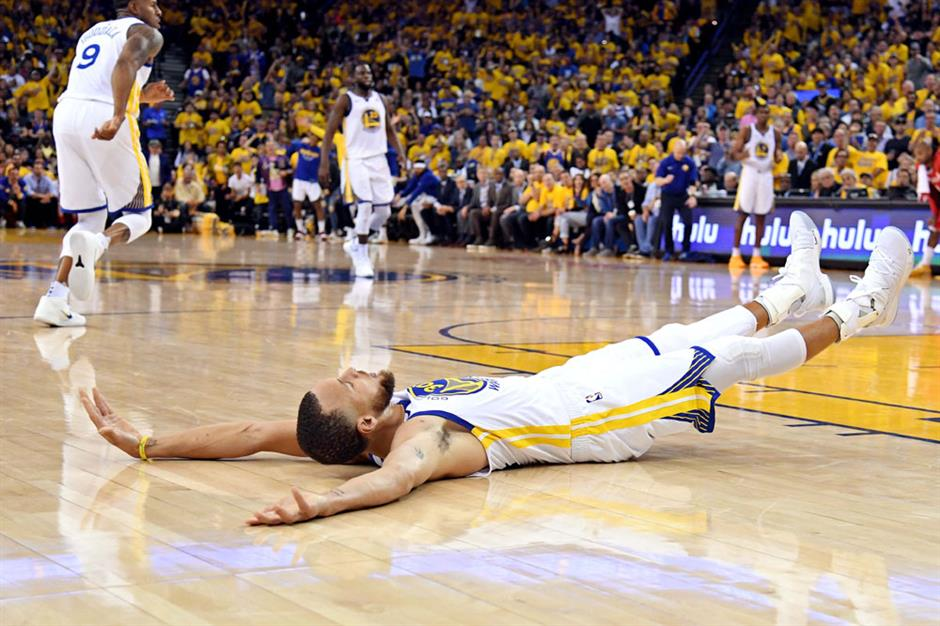 Curry fires Warriors past Rockets