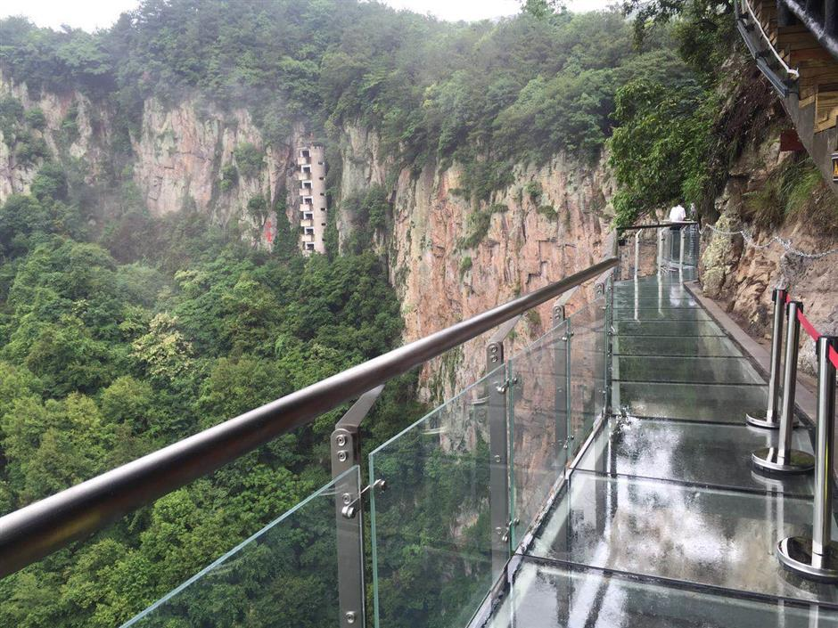Glass walkway opens on Xuedou Mountain