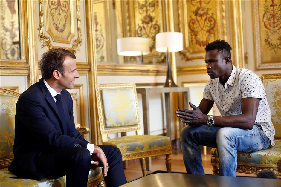 Mali migrant 'hero' to get France citizenship for daring child rescue