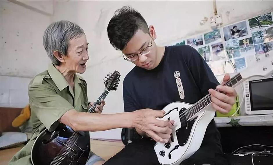 Retired rubbish collector spends time teaching students to play mandolin