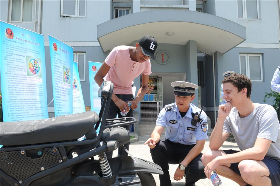 Police share traffic safety tips with foreign students in WeChat group