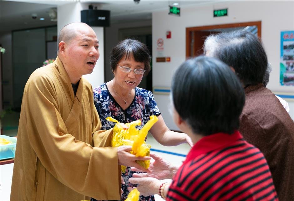 Jade Buddha Temple sends traditional festival treats to seniors