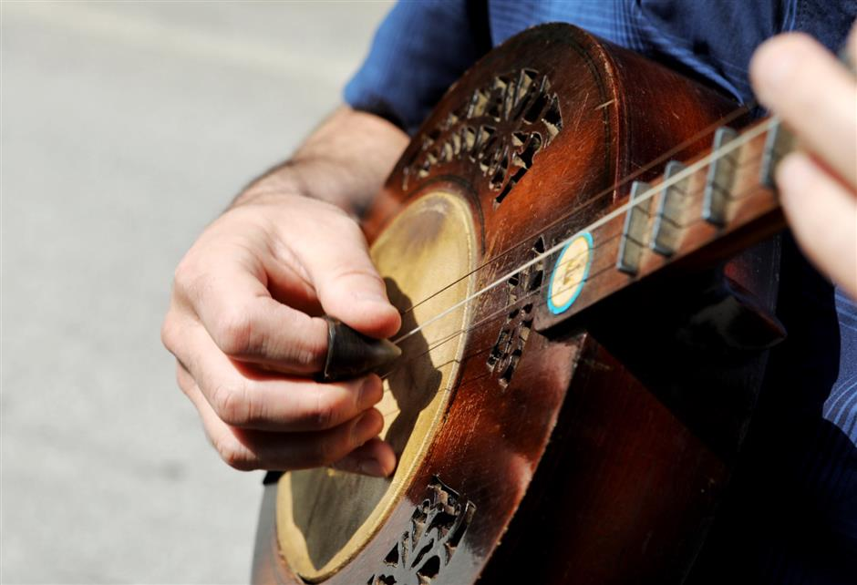 Musician plucks new tunes from tradition