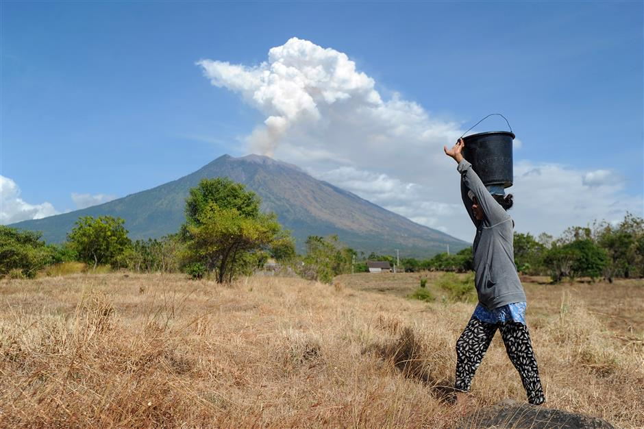 Volcanic ash cloud in Bali closes Aussie airports, leaves passengers stranded