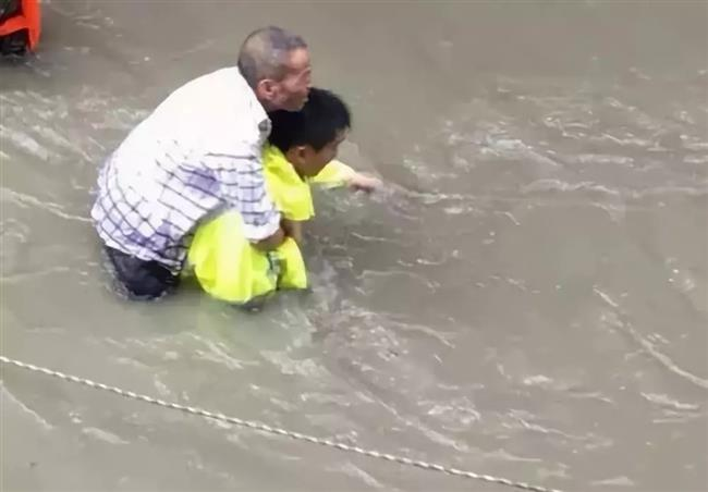 Police officer on vacation saves over 20 people trapped in flooding