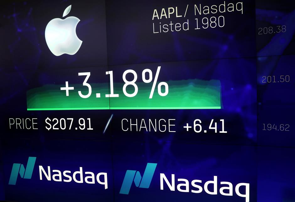 Apple hits record $1T US stock market valuation