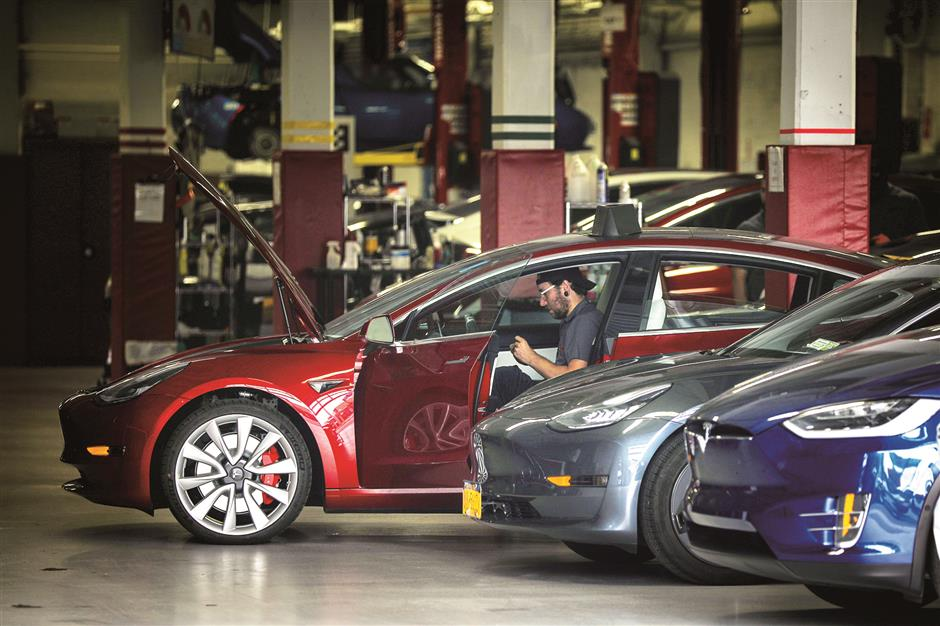 Combative Tesla chief divides Wall Street