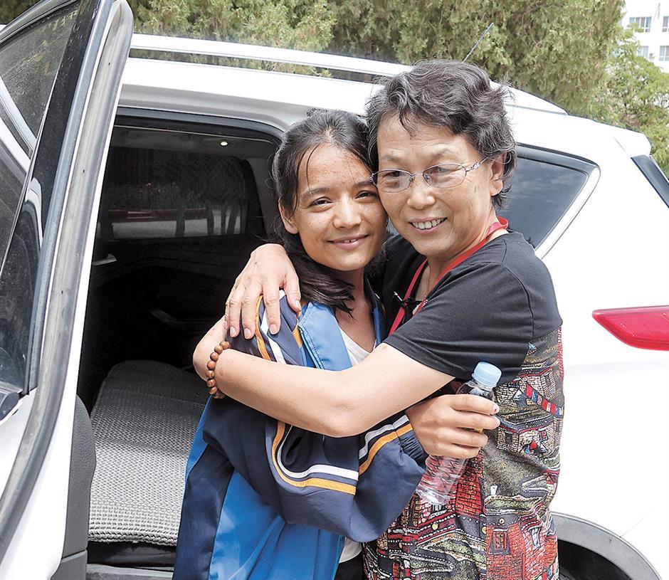 In searing heat, retired doctors volunteer in China's northwest