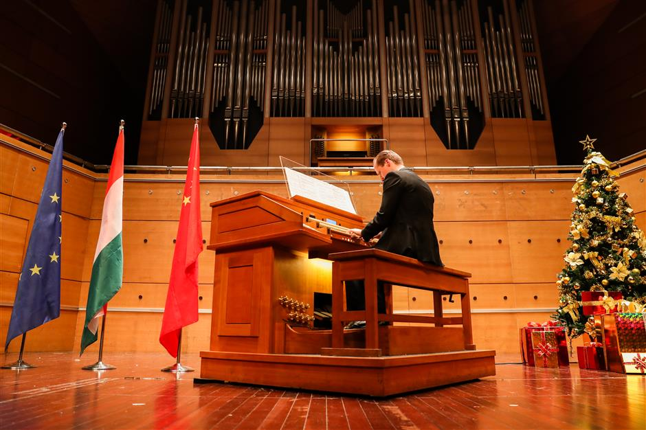 Pipe organist calls the tune in celebration of China's friendship with Hungary