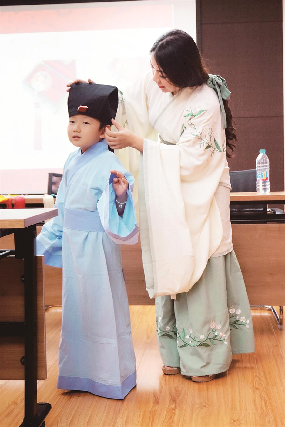 Traditional hanfu dress revival among China's youngsters