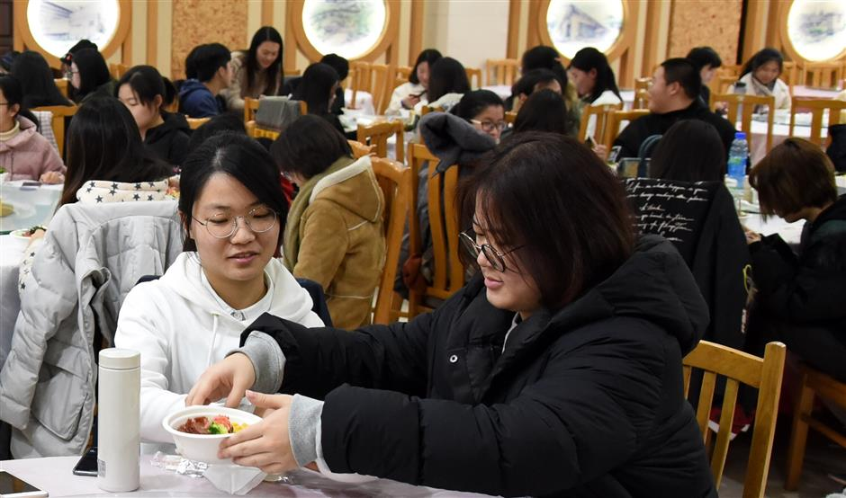 Soy sauce maker tutors Shanghai University students in a rice making master class