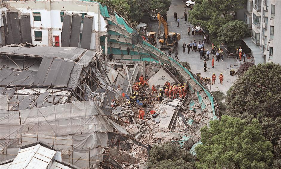 10 dead in building collapse