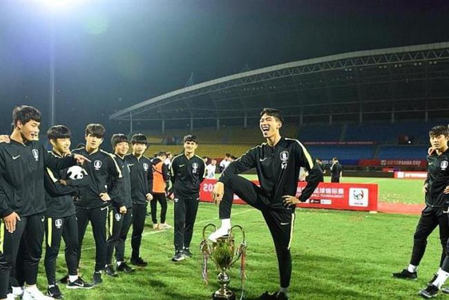 South Koreans apologize to 'all of China' over foot-on-trophy row