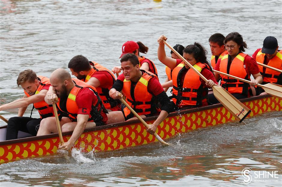Dragon boats make a splash on Suzhou Creek