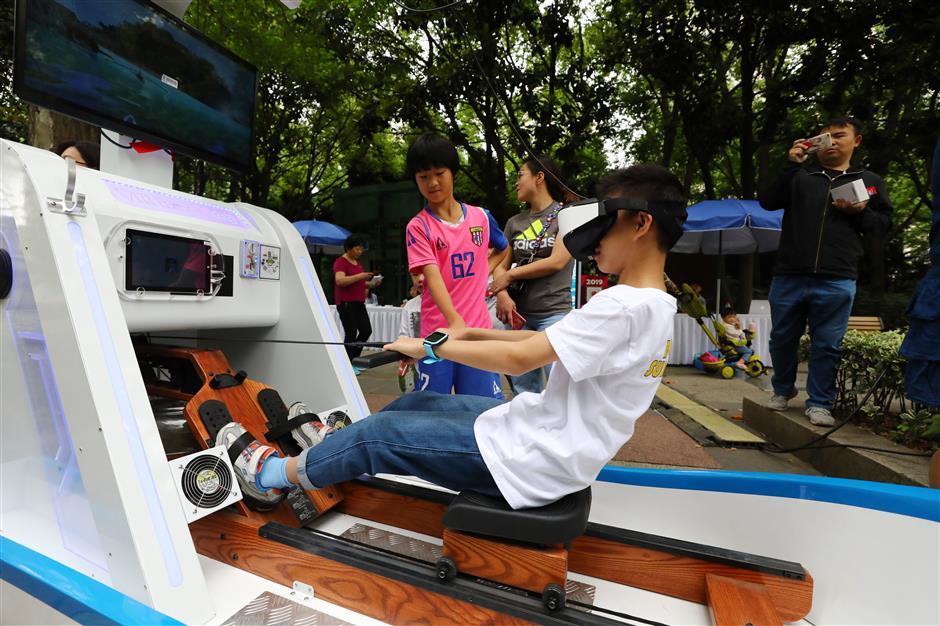 Dragon boats make a splash on Suzhou Creek